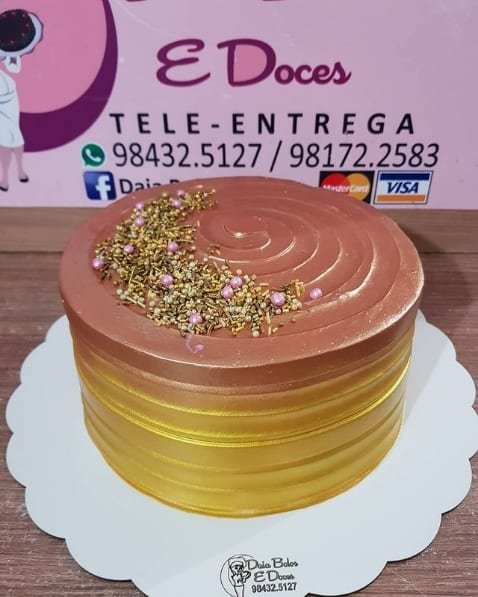 bolo metalizado decorado em rose gold e dourado