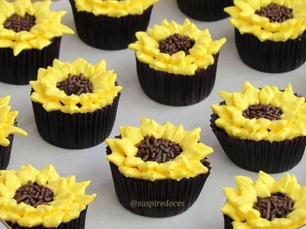 cupcake simples de chantilly com tema de girassol