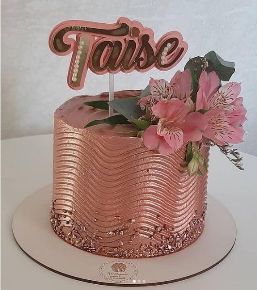 bolo metalizado rose gold com flores naturais