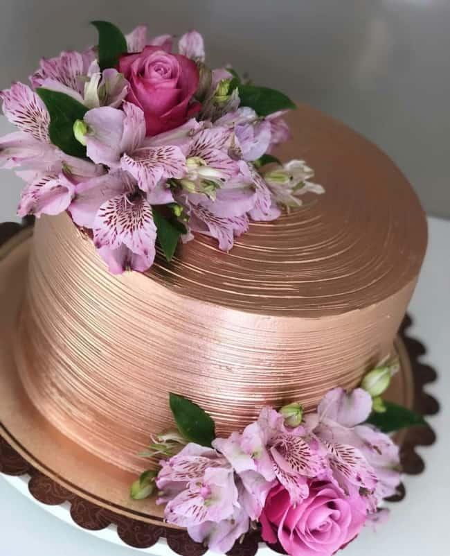 bolo rose gold com flores rosa