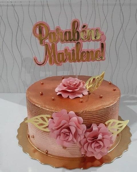 bolo decorado em rose gold com toppers de flores de papel
