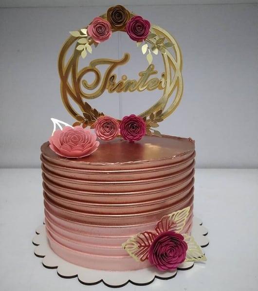 bolo rose gold decorado com flores de papel
