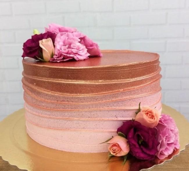 bolo rosa e rose gold com flores