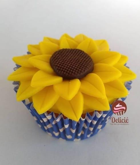 cupcake decorado com flor de girassol de pasta americana