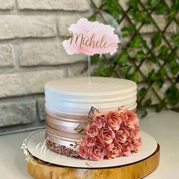 bolo rose gold e branco decorado com flores de papel