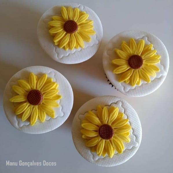 cupcake de girassol com cobertura de pasta americana