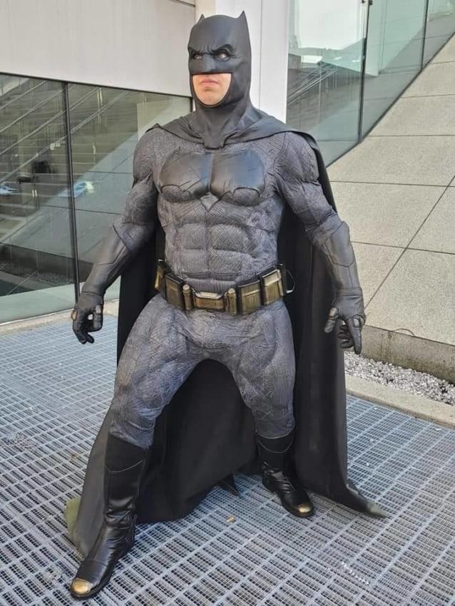 Personagem com armadura do Batman