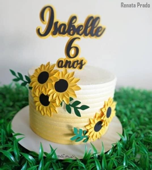 bolo girassol decorado com toppers de papel e nome