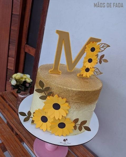 bolo com topper personalizado de girassol