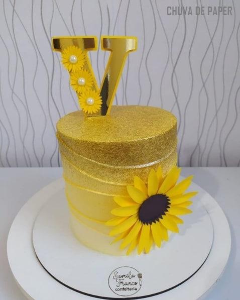 bolo girassol decorado com topper dourado de letra