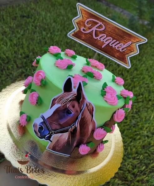 bolo feminino com decoracao de cavalo e topo personalizado