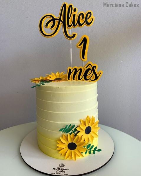 bolo de mesversario com topper de girassol