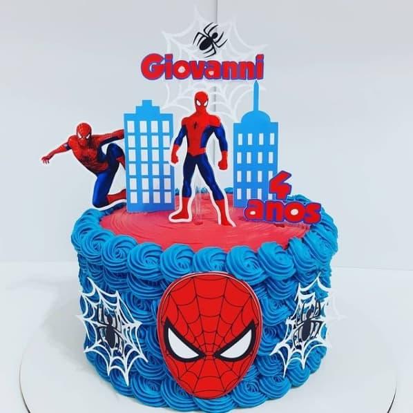 bolo decorado com topo de papel do Homem Aranha