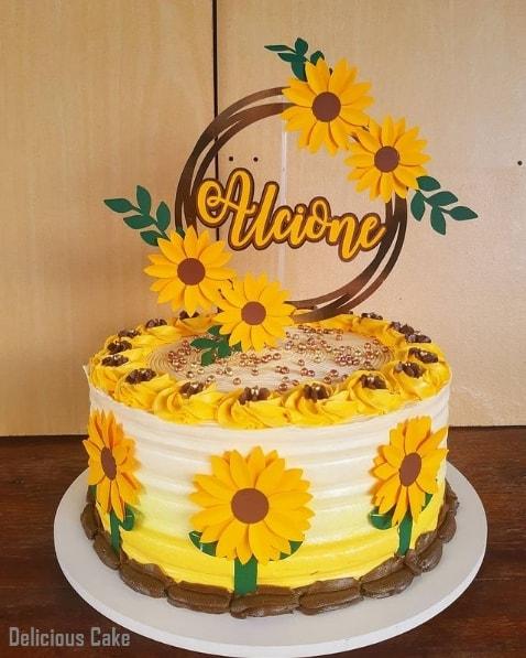 bolo com toppers de girassol personalizado
