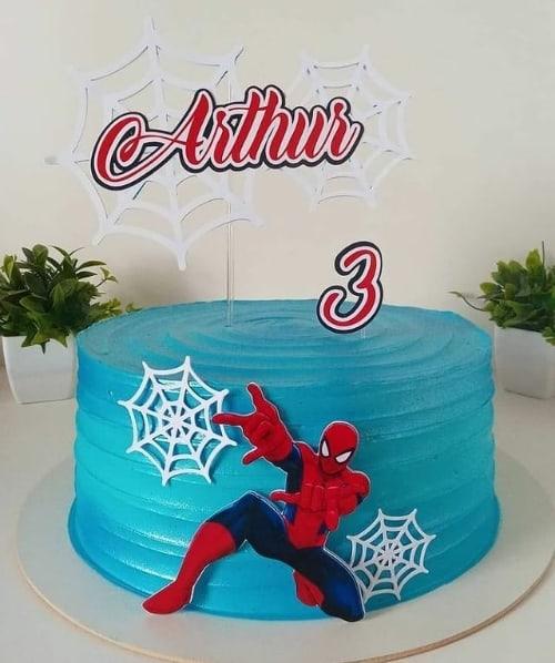 bolo decorado com topper personalizado do Homem Aranha