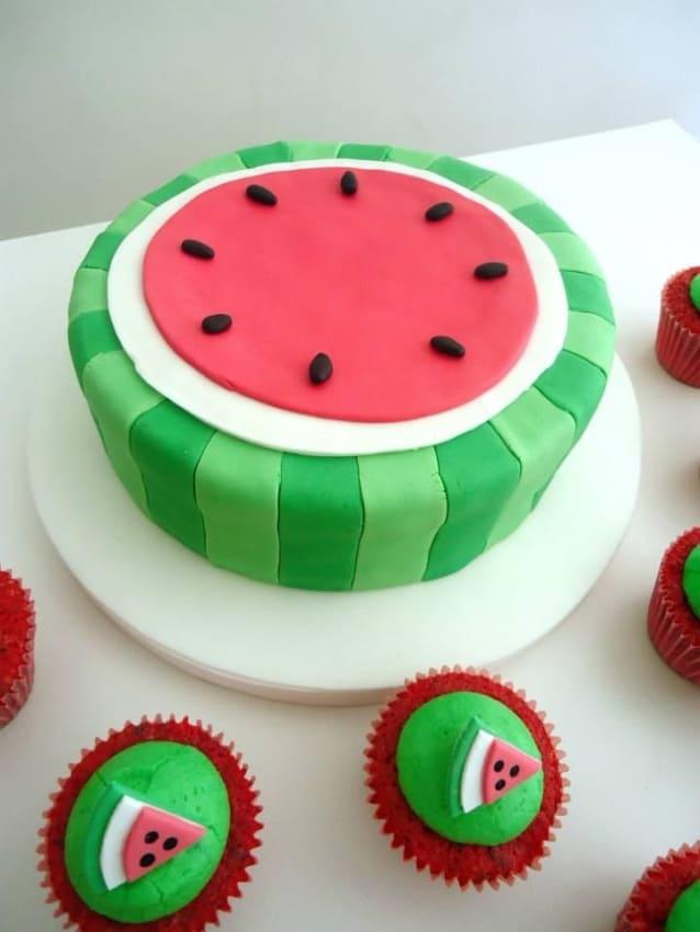 bolo melancia simples decorado em pasta americana