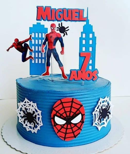 bolo azul com topper do Homem Aranha