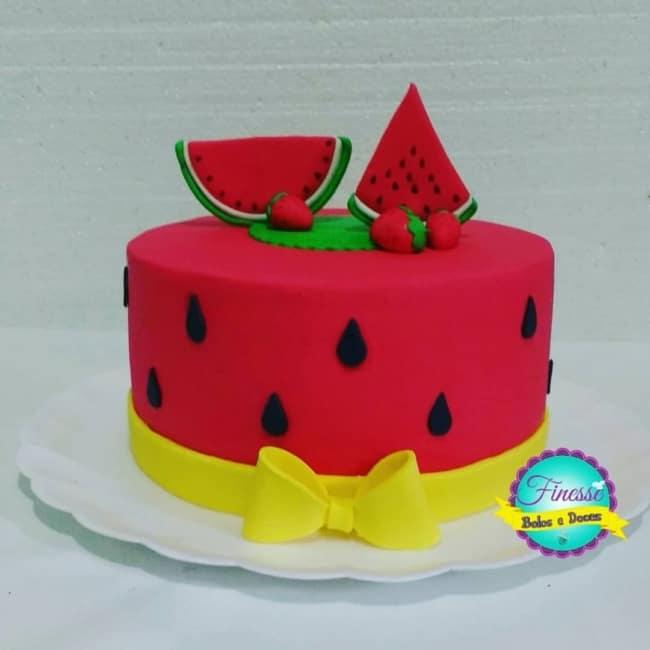 bolo melancia decorado em pasta americana vermelha