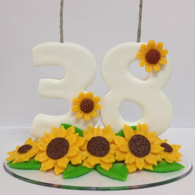 vela de biscuit decorada com girassois para bolo