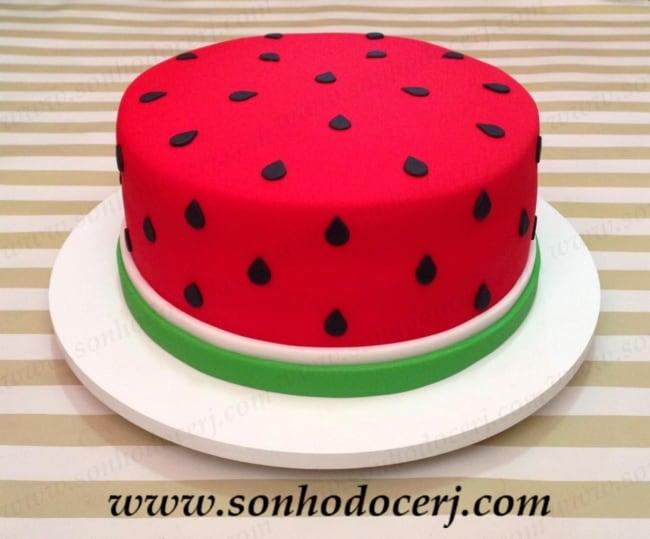 bolo redondo com tema melancia e decoracao de pasta americana
