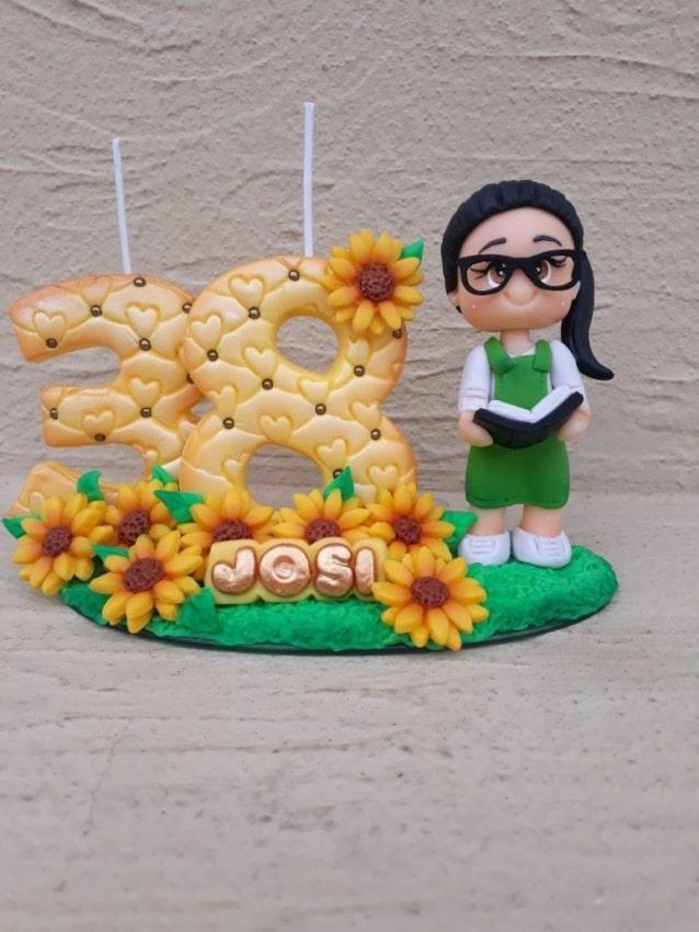 topo de bolo de biscuit com tema de girassol e vela