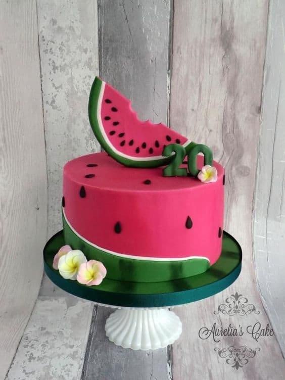 bolo redondo de pasta americana com tema de melancia
