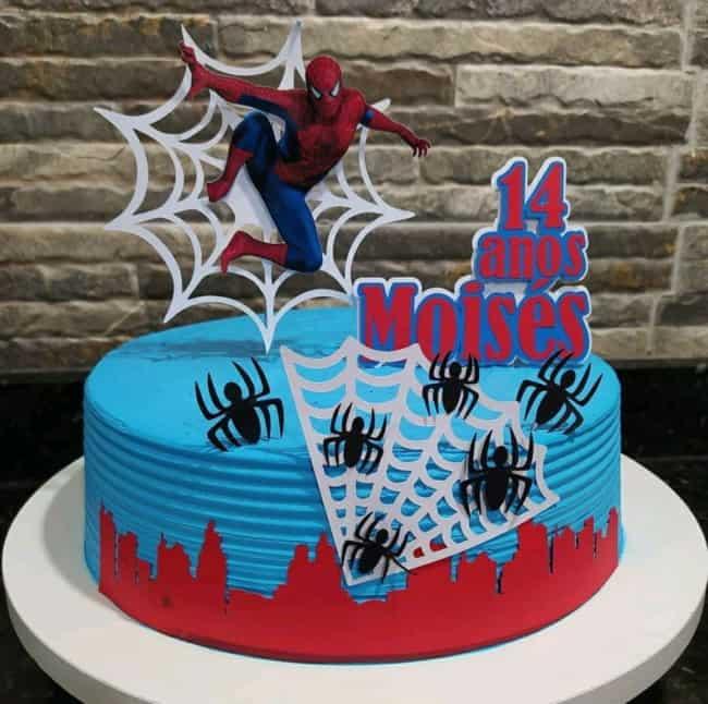 bolo de chantilly azul com topo do Homem Aranha de papel