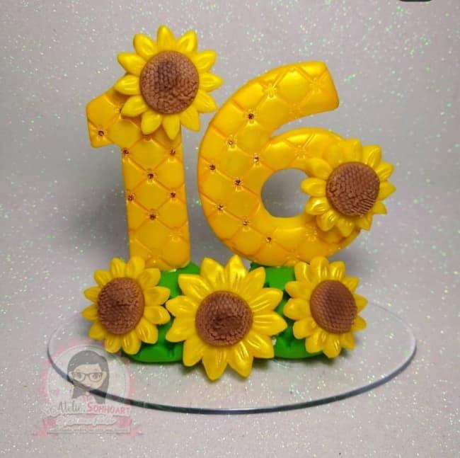 topo de bolo de biscuit com tema de girassol para 16 anos