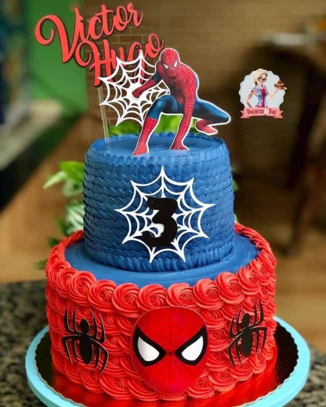 bolo de 2 andares com toppers de papel do Homem Aranha