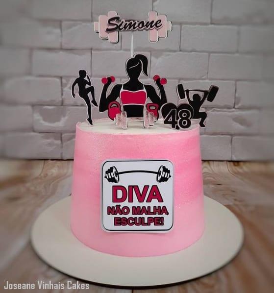 bolo fitness rosa com toppers feminino