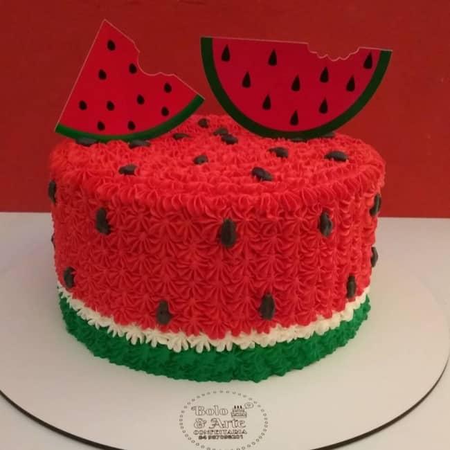 decoracao simples para bolo melancia com topper