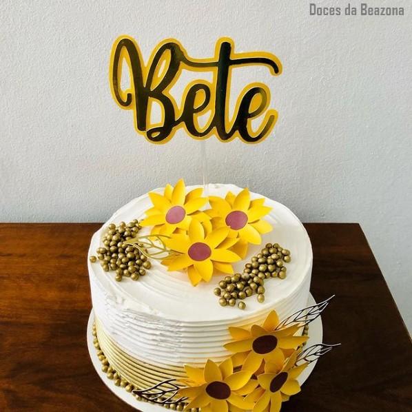 bolo decorado com topo de bolo de girassol em papel