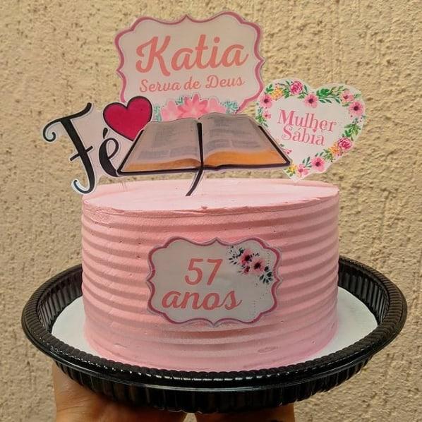 bolo rosa com toppers femininos e evangelicos