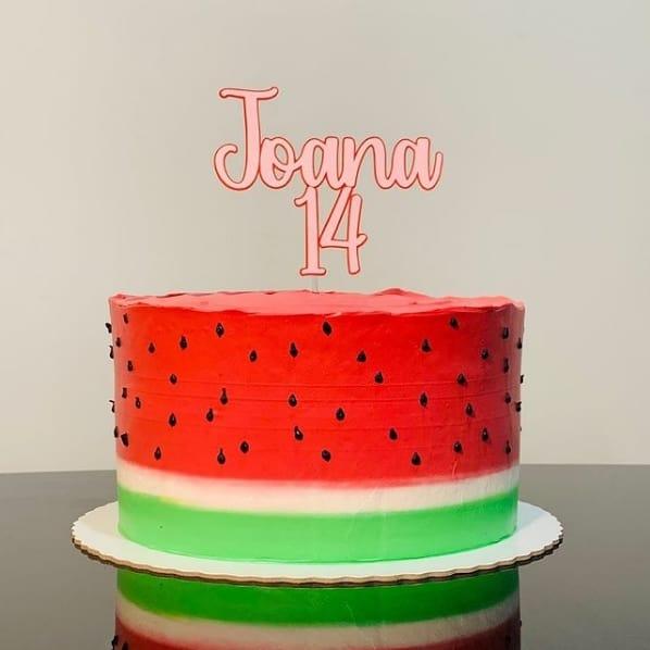 bolo melancia simples decorado com topper
