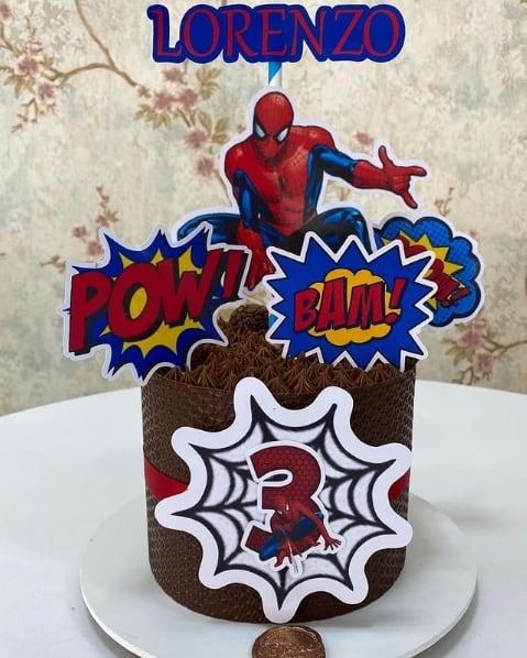 bolo de chocolate com toppers do Homem Aranha