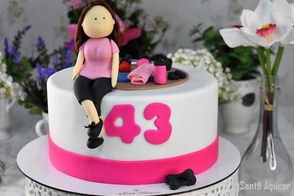 bolo feminino com topo de pasta americana e tema academia