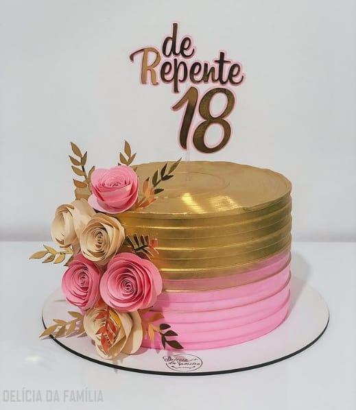 bolo de 18 anos rosa e dourado com topo de papel