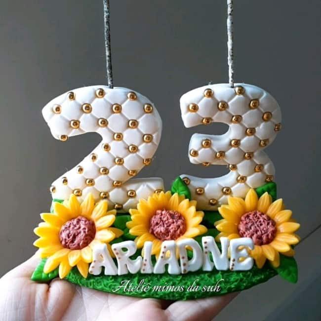 modelo de vela em biscuit com decoracao de girassol