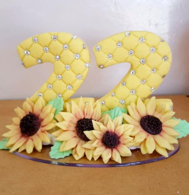 topo de bolo amarelo com tema de girassol