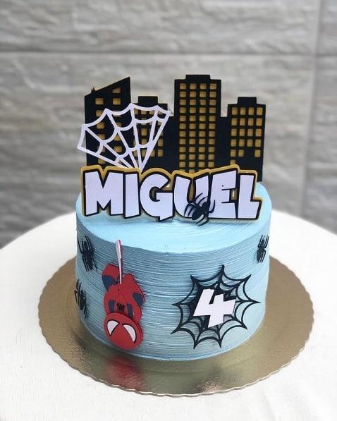 bolo de chantilly decorado com topper do Homem Aranha cute