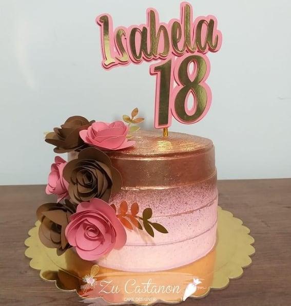 bolo feminino de 18 anos com flores e topo personalizado