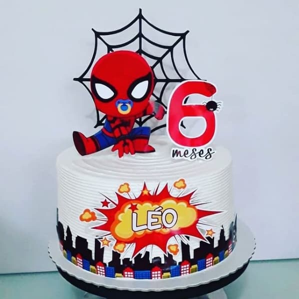 bolo de mesversario decorado com topper do Homem Aranha baby