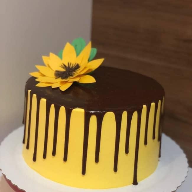 bolo simples com topo de flor de girassol em papel