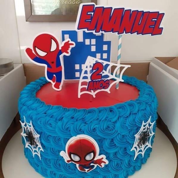 bolo de chantilly decorado com topper cute do Homem Aranha