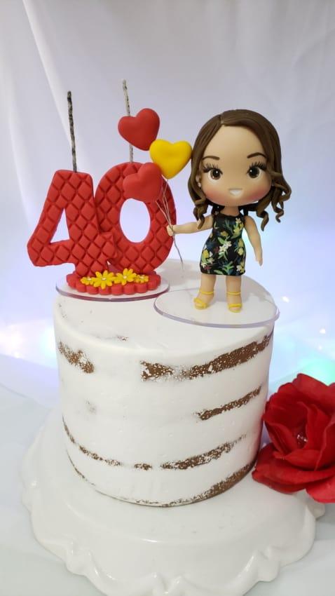 bolo simples de 40 anos com topo feminino de biscuit