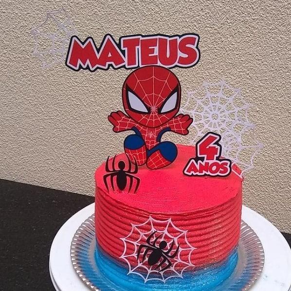 bolo de mesversario com topo de papel do Homem Aranha cute