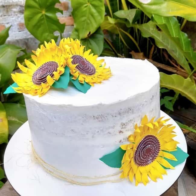 bolo com topo de girassol simples