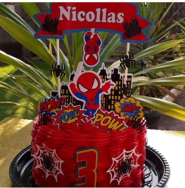 bolo vermelho com topo do Homem Aranha cute