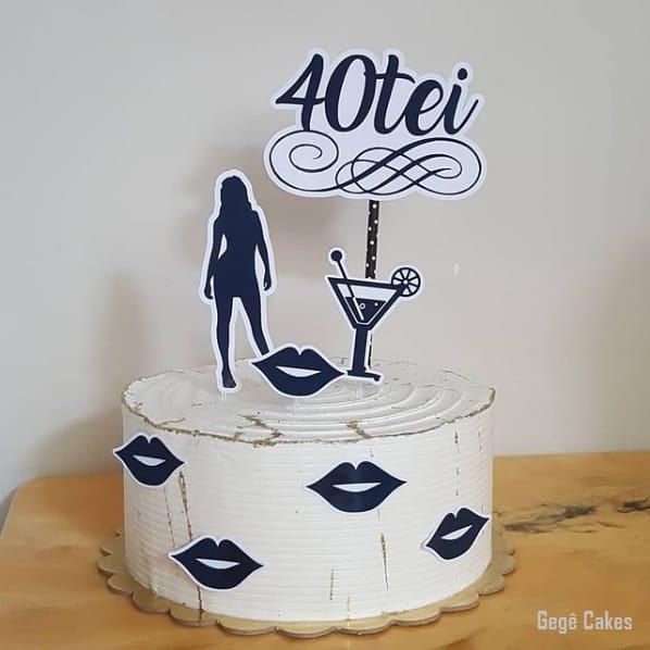 bolo feminino 40 anos com topo de papel