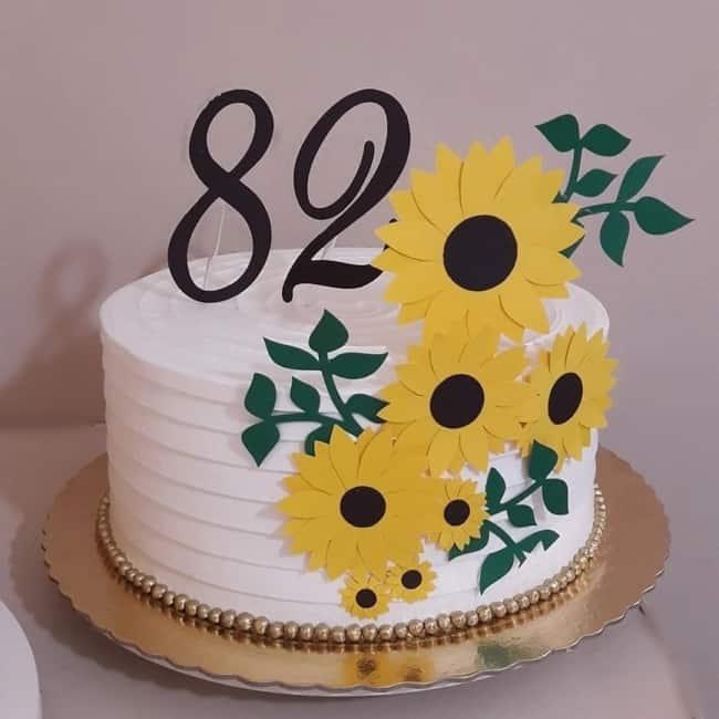 bolo redondo decorado com topo de girassol em papel